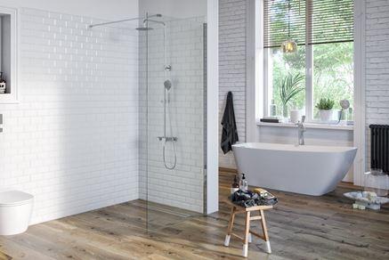 Skandynawska łazienka z minimalistycznym prysznicem walk-in