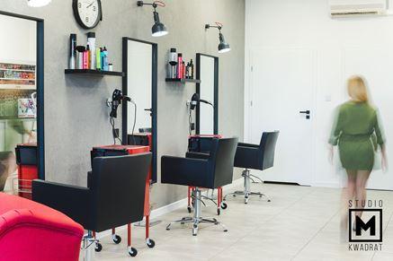Stanowiska fryzjerskie w industrialnym salonie