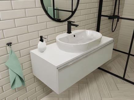Łazienka z cegiełką i białą szafką podumywalkową