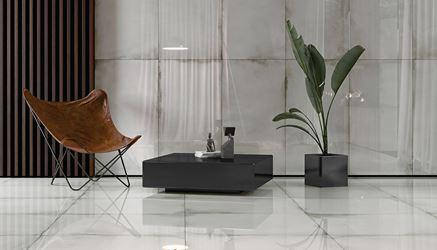 Salon w jasnych płytach imitujących beton