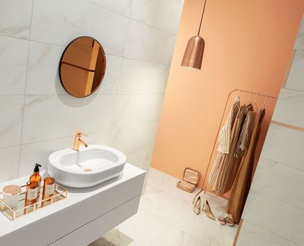 Łazienka z miedzianymi dodatkami