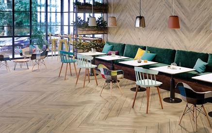 Przytulna przestrzeń restauracyjna wykończona drewnem