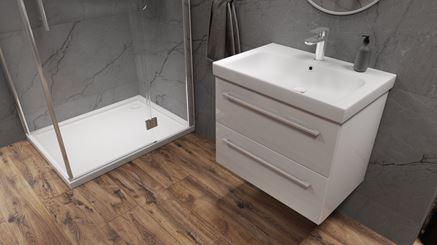 Szara łazienka z białymi dodatkami