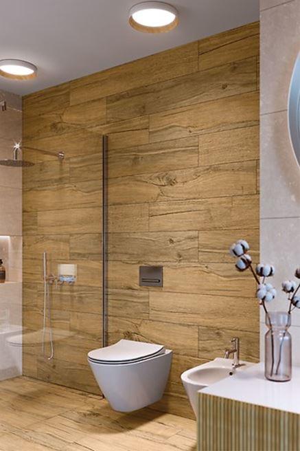 Podłoga i ściana w łazience wykończone płytkami drewnopodobnymi