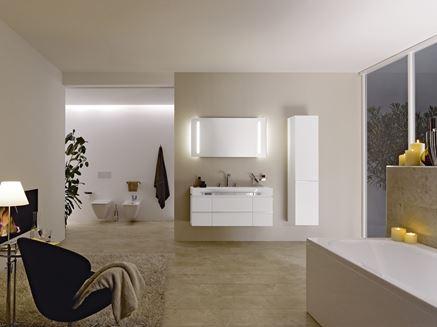 Przestronny, nowoczesny salon kąpielowy