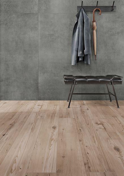 Przedpokój gdzie beton łączy się z drewnem