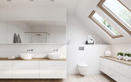 Biała łazienka pod skosami