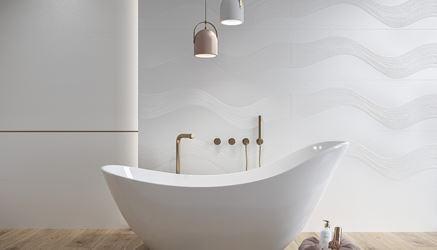 Biała łazienka z płytkami z motywem fal