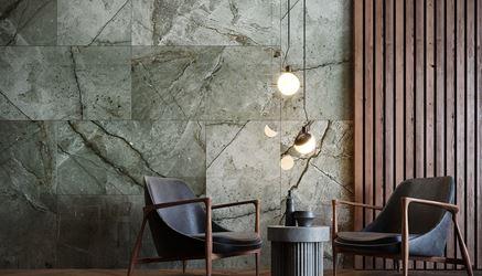 Szara, kamienna ściana w ekskluzywnym salonie