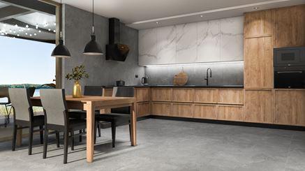Jadalnia w szarej kuchni z drewnianą zabudową