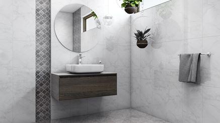 Biała łazienka z szarą mozaiką