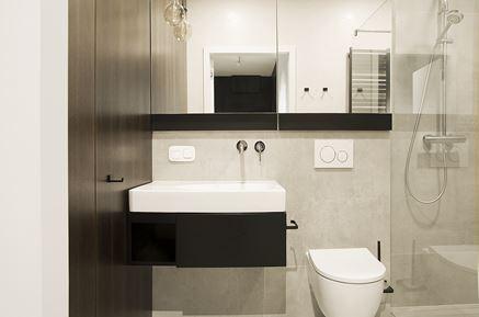 Nowoczesna łazienka z czarną konsolą