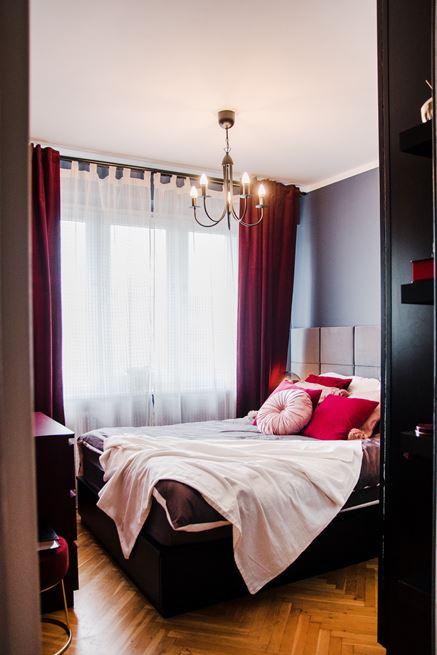 Sypialnia z bordowymi zasłonami