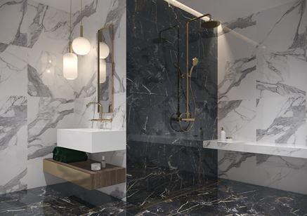 Łazienka glamour z marmurowymi ścianami w czerni i bieli