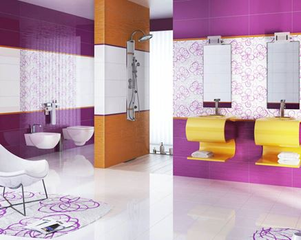 Fioletowa łazienka z oryginalnymi szafkami podumywalkowymi