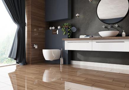 Łazienka z połyskliwą podłogą z rysunkiem drewna