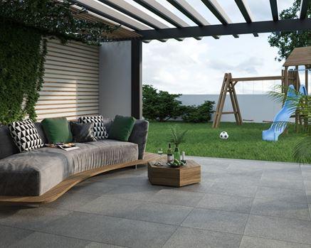 Aranżacja nowoczesnego tarasu z widokiem na ogród
