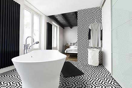 Czarno-biała łazienka z heksagonalną mozaiką