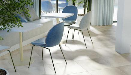 Jasna podłoga inspirowana betonem