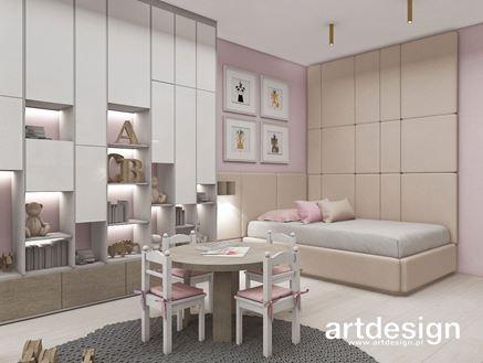 Różowy pokoik z tapicerowanymi panelami za łóżkiem