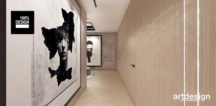 Fornirowana ściana i wielkoformatowe obrazy - pomysł na korytarz