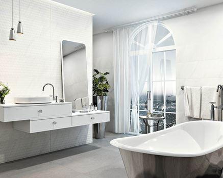 Łazienka w bieli z wanną wolnostojącą