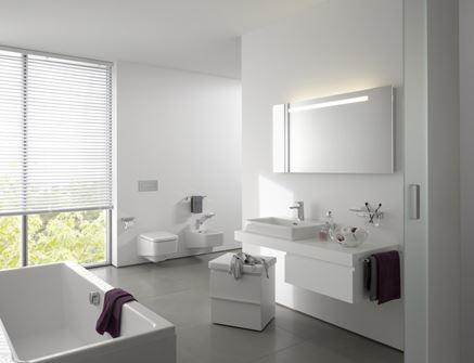 Aranżacja białej łazienki z oknem