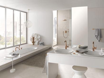 Jasna łazienka z miedzianą armaturą