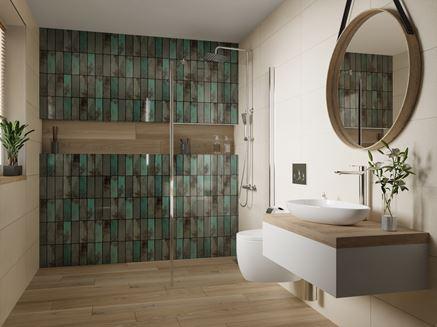 Łazienka w bieli i brązie z cegiełkową ścianą