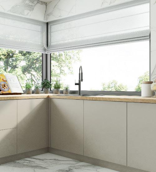 Kuchnia z oknem narożnym – jak umeblować?