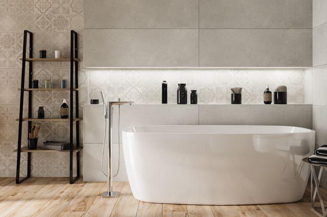 Szara łazienka z wanną wolnostojacą i patchworkami