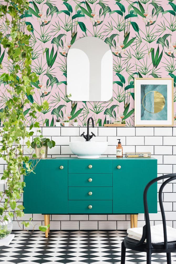 Tropikalna Palm Springs tapeta w uroczej łazience  w łazience od Mindthegap