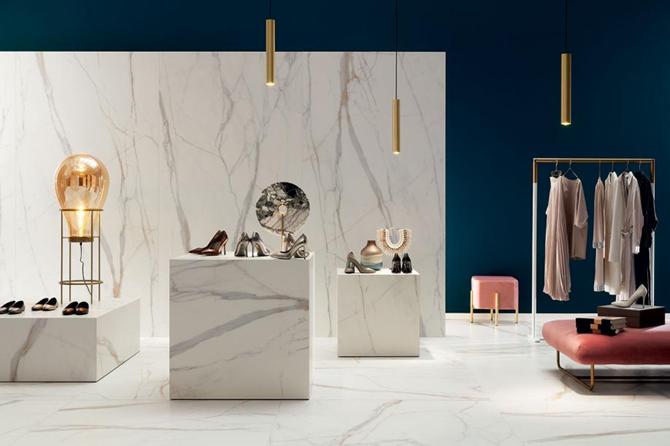 Aranżacja w stylu glamour w białym marmurze ze złotem