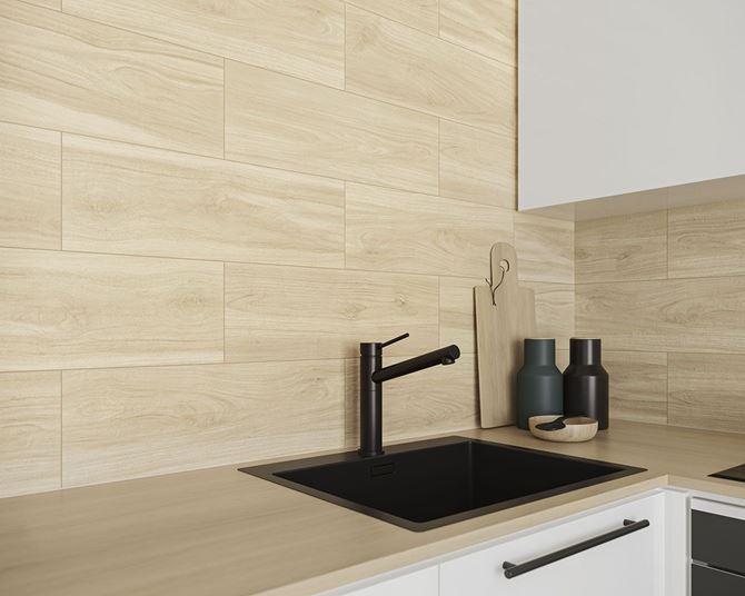 Ściana w kuchni w jasnej płytce z rysunkiem drewna