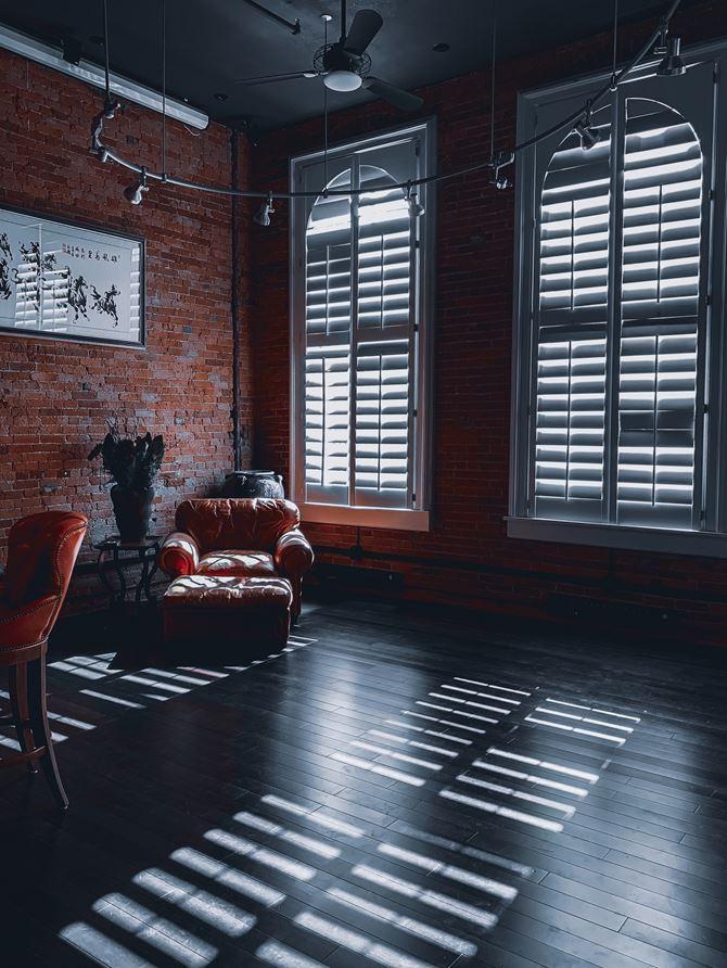 Aranzacja loftu z białymi okiennicami