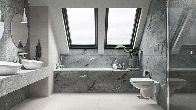 Kamienna płytka w szarej łazience pod skosami