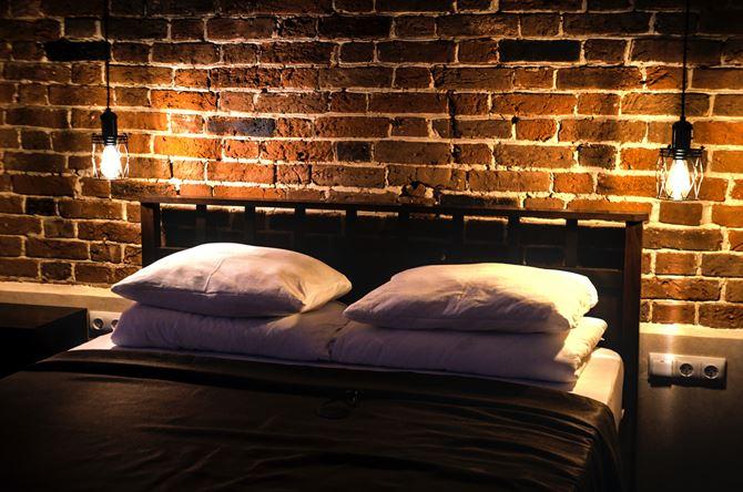 Loftowa cegła w sypialni