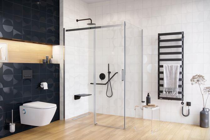 Czarno-biała łazienka z jasną podłogą w drewnie