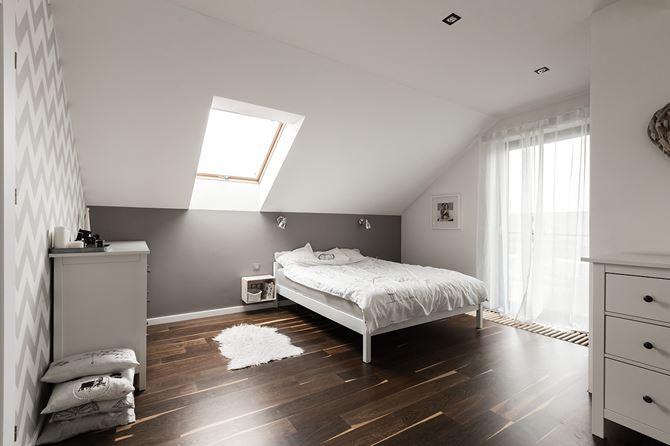 Biało-szara, skandynawska sypialnia na poddaszu