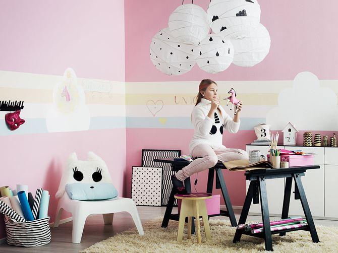 Różowy pokój dla dziewczynki w wieku szkolnym