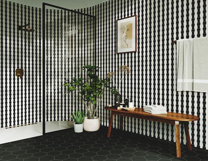 Czarno-biała łazienka z mozaikową ścianą