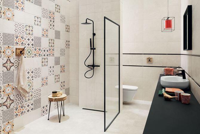 Kremowa łazienka z patchworkową ścianą