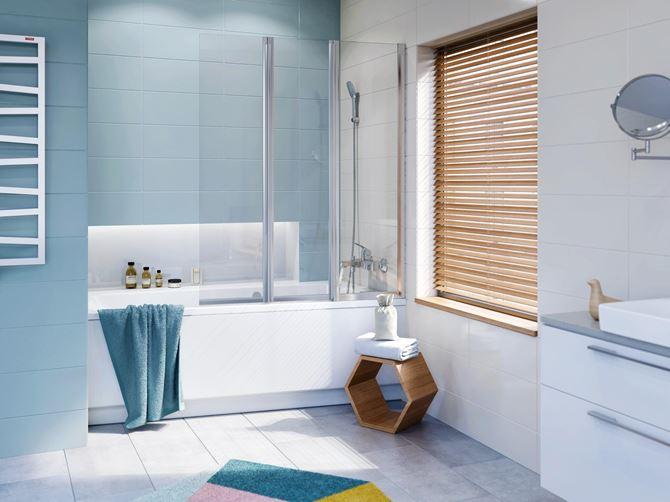 Niebieska łazienka z parawanem nawannowym. Fot. Koło