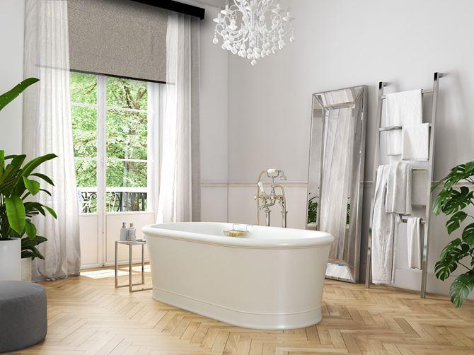 Roleta i zasłony tworzą oryginalne. eleganckie połączenie w łazience