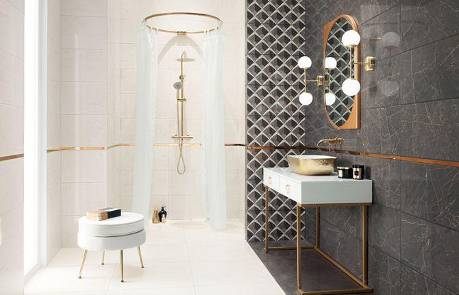 Biało-szary kamień  i dekoracyjna ściana w łazience ze złotymi dodatkami