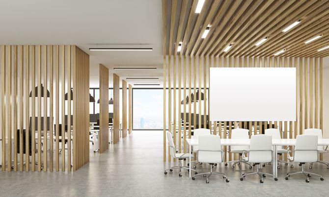 Przestrzeń biurowa z przepierzeniami z blatu teakowego
