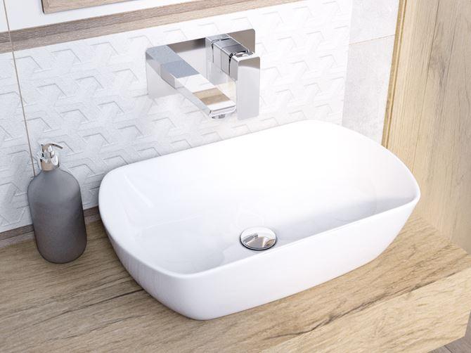 Umywalka stawiana na blat z białą płytką strukturalną w tle