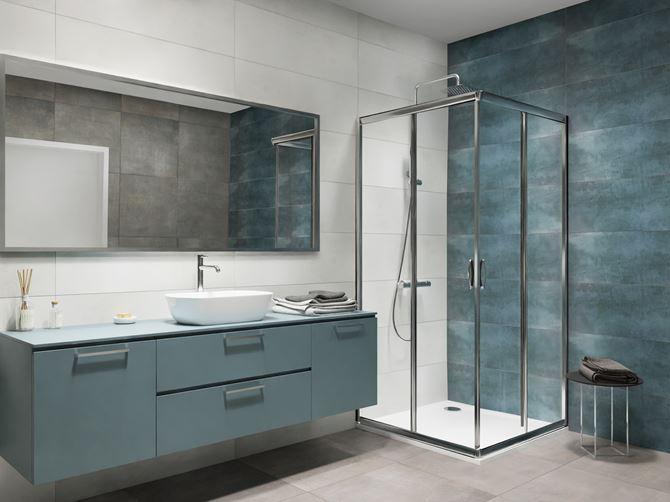 Niebieska łazienka z dodatkiem szarości w nowoczesnym stylu