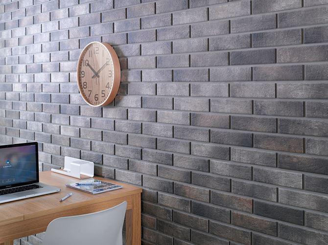 Cegiełka Cerrad Loft Brick na ścianie z zegarem