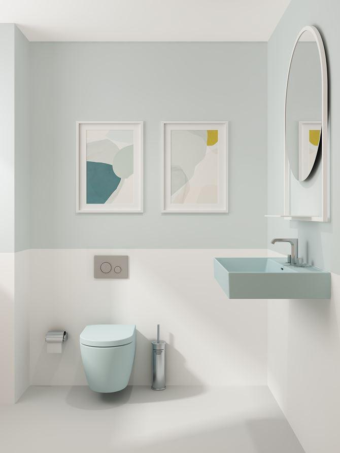 Nowoczesna łazienka w jasnych kolorach z błękitną ceramiką